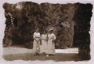 Slika stara razglednica perivoj Lipik dame u šetnji