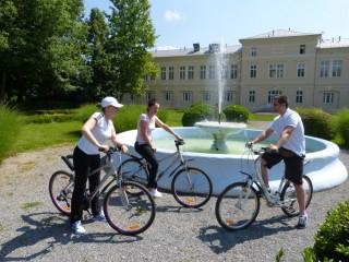 Slika biciklama kroz parkove
