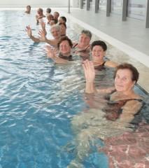 Slika žena u bazenu