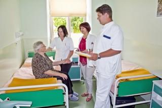 Slika pacijentica s doktorom i medicinskom sestrom