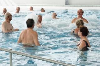 Slika žena i muškaraca u bazenu