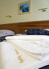 Slika smještaj ručnici na krevetu