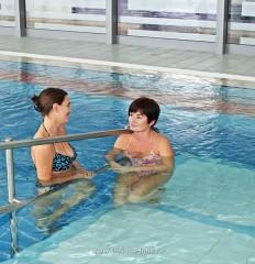 Slika terapijske vježbe u bazenu